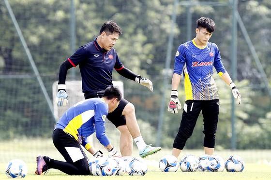 Trợ lý Nguyễn Đức Cảnh trong buổi tập với các thủ môn. (Ảnh: MINH HOÀNG)