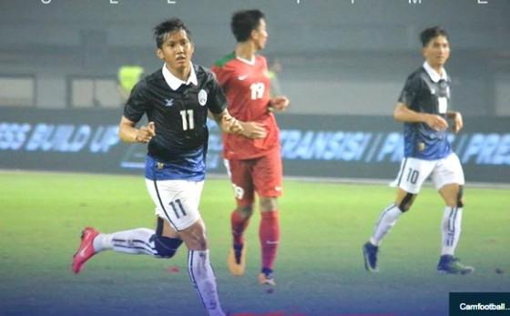 Đội Campuchia trong trận thua Indonesia (áo đỏ) mới đây. (Ảnh: Camfootball)