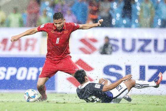 Anh Đức ghi bàn thắng thứ 3 cho đội chủ nhà. Ảnh: MINH HOÀNG