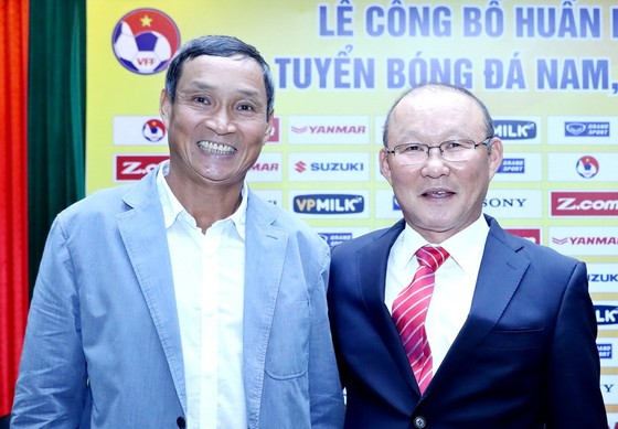 Hai HLV Mai Đức Chung và Park Hang-Seo tại cuộc họp báo. Ảnh: MINH HOÀNG