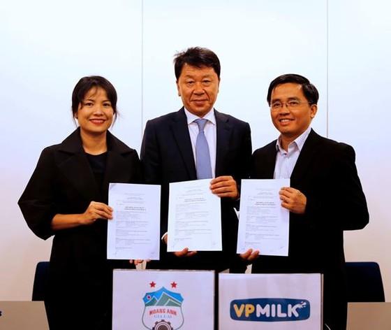 Lễ ký hợp đồng ghi nhớ giữa đại diện CLB HA.GL và HLV Chung Hae Seong vào trưa 11-10. (ảnh: CLB HA.GL cung câS