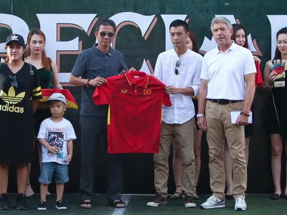 HLV Hoàng Anh Tuấn trao áo thi đấu của đội U20 Việt Nam cho Ban tổ chức