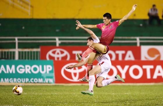 CLB Sài Gòn (áo đỏ) liệu có đòi được nợ trong trận đấu với CLB TPHCM?