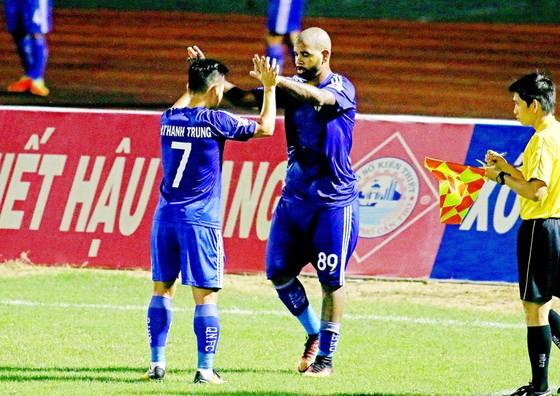 Bộ đôi Thanh Trung - Claudecir đóng góp công lớn vào chiến thắng của Quảng Nam. Ảnh: DƯƠNG THU