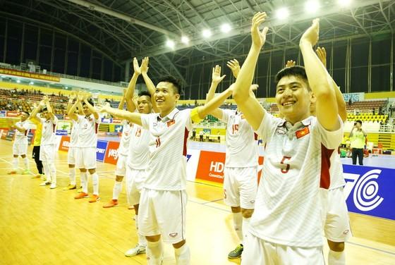 Các cầu thủ Việt Nam đến chào khán giả sau chiến thắng trước Myanmar. Ảnh: QUỐC AN