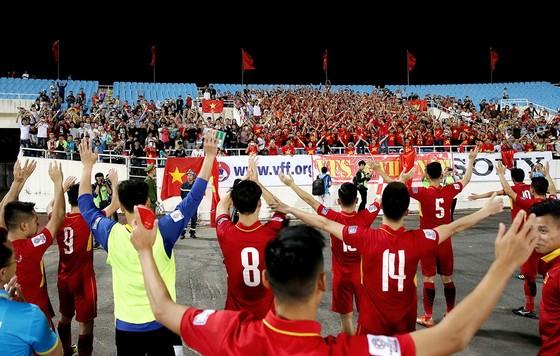 Đội Việt Nam chào cám ơn khán giả hâm mộ sau trận đấu. Ảnh: MINH HOÀNG