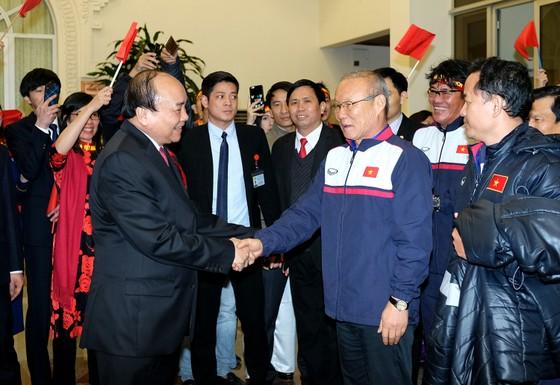Thủ tướng Nguyễn Xuân Phúc đã biểu dương thành tích của HLV Park Hang-seo và các cầu thủ của đội U23 Việt Nam. Ảnh: QUANG HIẾU