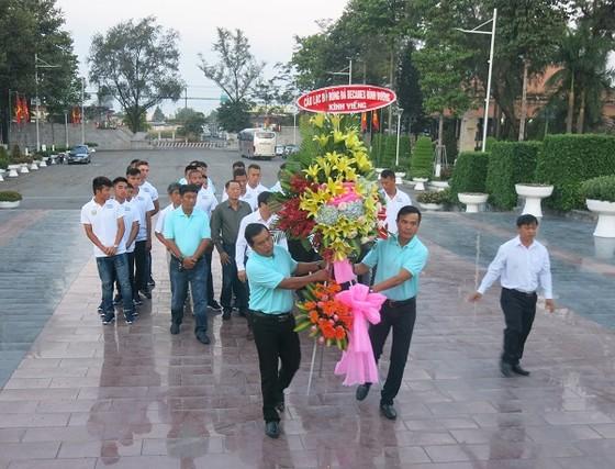Toàn đội có mặt và dâng hương tại Nghĩa trang liệt sĩ tỉnh Bình Dương sáng 6-3. Ảnh: ANH TRẦN