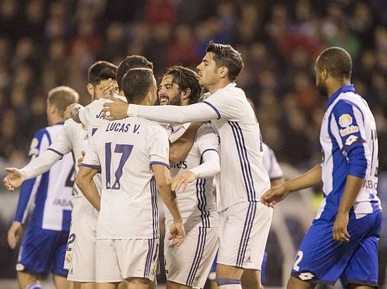 Các cầu thủ Real Madrid mừng chiến thắng trên sân Riazor của Deportivo La Coruna. Ảnh: Dailymail
