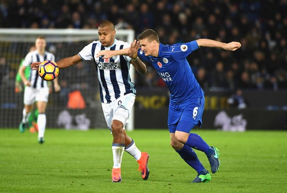 Robert Huth (phải, Leicester) tranh bóng với Salomon Rondon (West Brom).