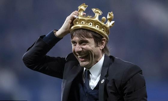 Niềm vui của HLV Conte sau trận đấu với Watford. Ảnh: Dailymail