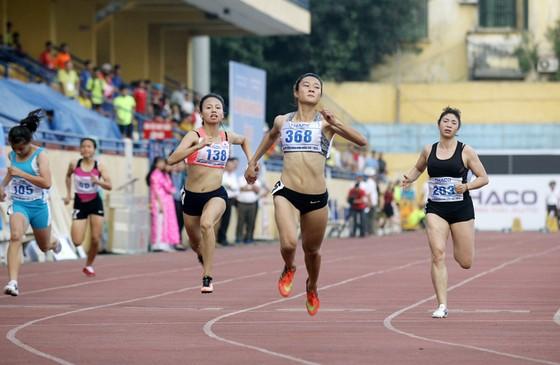 Các nữ tuyển thủ điền kinh thi đấu tại một giải trong nước.