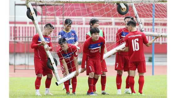 Người hâm mộ luôn dõi theo từng bước đi của các tuyển thủ Việt Nam. Ảnh: Dũng Phương