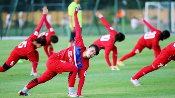 Các cầu thủ đội tuyển nữ Việt Nam tại buổi tập đầu tiên.