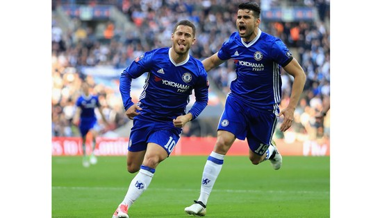 Eden Hazard (trái) sẽ là tổn thất lớn với Chelsea.
