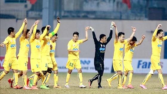 Thanh Hóa dẫn đầu lượt đi sau trận thắng Than Quảng Ninh 1-0. Ảnh: HOÀNG MINH