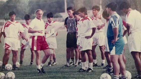 HLV Weigang cùng với các tuyển thủ chuẩn bị cho Tiger Cup 1996