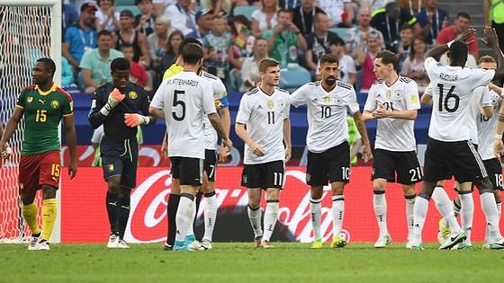 Tuyển Đức (áo trắng) thắng thuyết phục Cameroon để tiến vào bán kết. Ảnh: Daily Mail