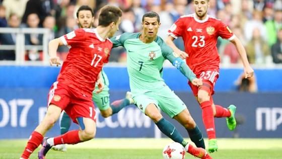 Tuyển Nga (áo đỏ) trong trận thua Bồ Đào Nha 0 - 1.