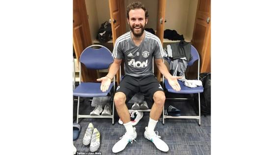 """Mata """"choáng"""" với cỡ giày của Lukaku"""