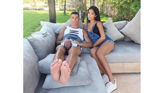 Ronaldo hạnh phúc bên gia đình