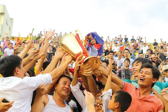Người hâm mộ Nam Định vui sướng ngày đăng quang, giành vé quay lại sân chơi đỉnh cao. Ảnh: Minh Hoàng