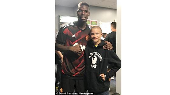 Con trai Beckham chụp ảnh cùng thần tượng