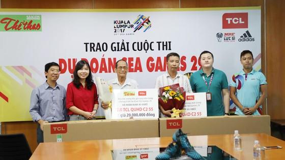 Phó Tổng Biên tập Báo SGGP Nguyễn Nhật và bà Summer Gao Ya, Tổng Giám đốc TCL Việt Nam (thứ nhất và thứ nhì bên trái), trao 2 Tivi TCL C2 55 inch tặng bạn đọc trúng giải Nhất. Ảnh: HOÀNG HÙNG