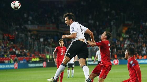 Mats Hummels (áo trắng) đánh đầu ghi bàn vào lưới CH Séc, ấn định chiến thắng 2 - 1 cho tuyển Đức