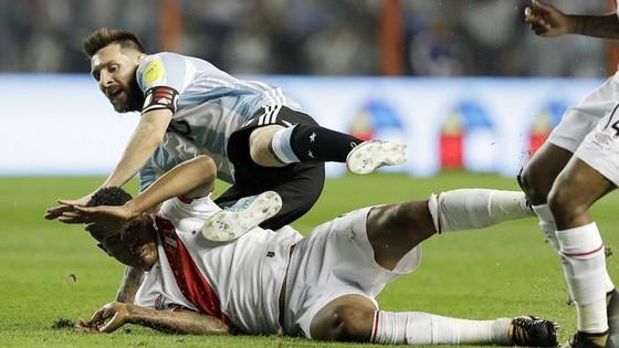 Messi bất lực trước hàng phòng ngự Peru. Ảnh: AP