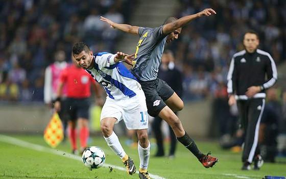 Jesus Corona (trái, Porto) tranh bóng với Bernardo của Leipzig