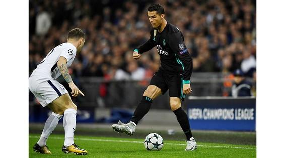 Ronaldo (phải) nỗ lực đi bóng trước Kieran Trippier của Tottenham trên sân Wembley. Ảnh: REUTERS