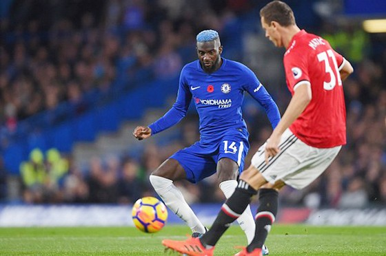 Nemanja Matic (phải, Man.United) đối đầu với Tiemoue Bakayoko của Chelsea  