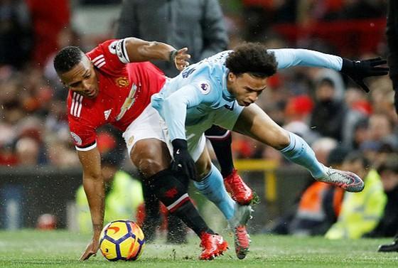 Valencia (trái, Man.United) tranh bóng với Sane của Man.City