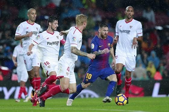 Sevilla (áo trắng) liệu sẽ ngăn bước tiến của Barcelona.