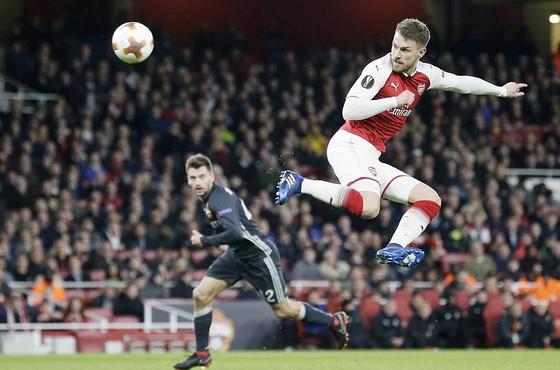 Ramsey (phải, Arsenal) trong pha dứt điểm trước khung thành thủ môn Igor Akinfeev