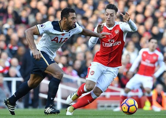 Tottenham (trái) và Arsenal, sẽ có đội sớm rời cuộc đua hoặc cả hai