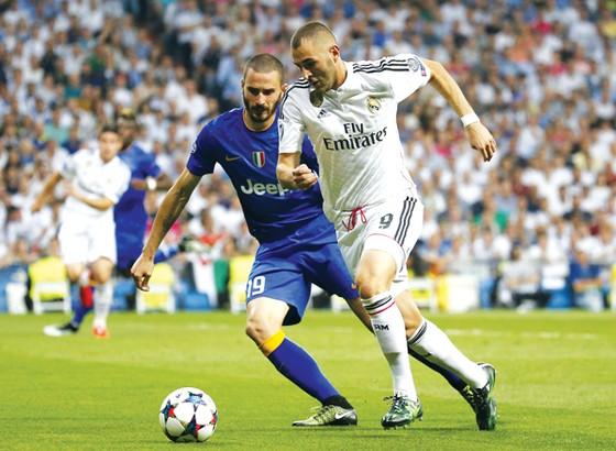 Benzema (phải) đi bóng trước Bonucci.