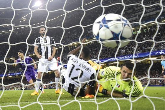 Mọi đối thủ đều phải vào lưới nhặt bóng trước cỗ máy ghi bàn Real Madrid.