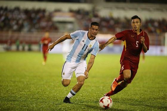 Đoàn Văn Hậu (phải) là một trong số cầu thủ chưa có 1 phút nào ra sân ở V-League. Ảnh: Dũng Phương