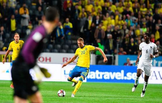 Tiền đạo Ola Toivonen (Thụy Điển) sút bóng thẳng vào khung thành Pháp khi Hugo Lloris chưa về kịp.