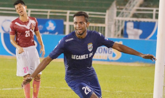 Diogo được đánh giá cao qua cú đúp vào lưới đội Sài Gòn.  Ảnh: T.L