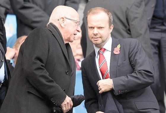 Với việc Mourinho đang đau buồn vì cha mất, Giám đốc Ed woodward (phải) sẽ nỗ lực xoa dịu ông bằng những tân binh?