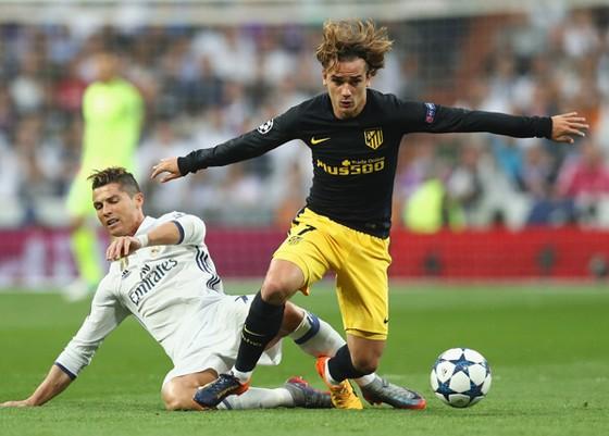 Griezmann khống chế bóng trước pha truy cản của Ronaldo