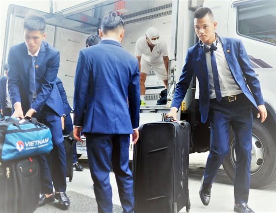 U20 Việt Nam đến nhận phòng ở khách sạn On City. Ảnh: T.L.