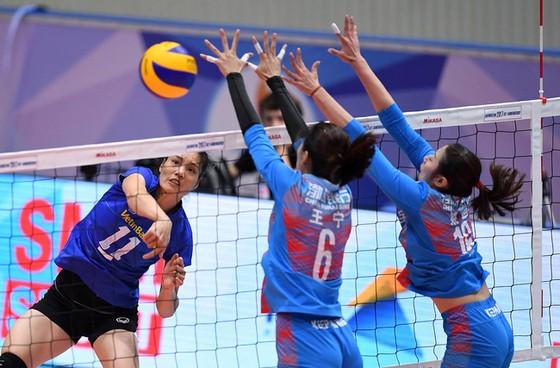Thể hình vượt trội của các tay chắn nước ngoài (phải) là ưu thế trước các đội bóng Việt Nam. Ảnh: Thiên Hoàng