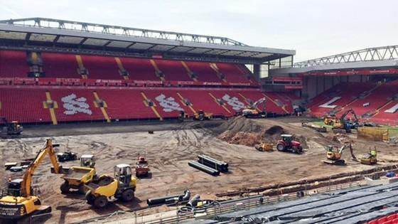 Sân Anfield đang tất bật công tác thay mới mặt sân