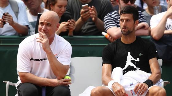Andre Agassi (trái) đang truyền cảm hứng cho màn trình diễn tuyệt vời của Nole