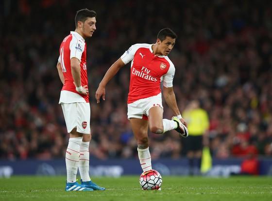 Mesut Oezil (trái) và Alexis Sanchez chưa chứng tỏ được tầm ảnh hưởng của những ngôi sao