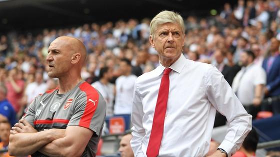 Arsene Wenger (phải) liệu sẽ thay đổi bản thân để giúp Arsenal trở thành một đội bóng thật sự cạnh tranh?